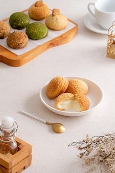 Заварное тесто - это нежное тесто, которое используется во многих кондитерских изделиях.