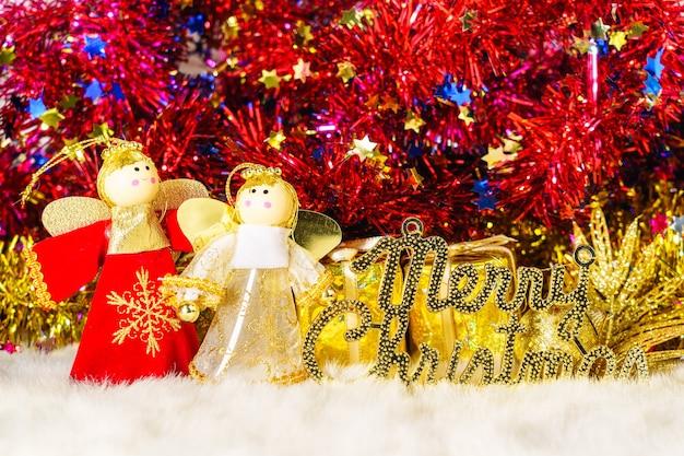 クリスマスの飾りと装飾が施されたクリスマス人形