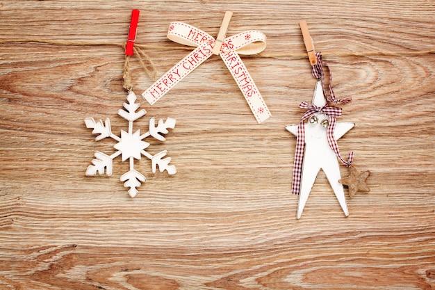 ロープにぶら下がっているクリスマスの木製のレトロな装飾