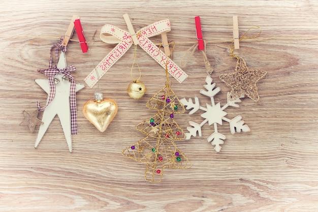 ロープにぶら下がっているクリスマス木製ヴィンテージ装飾