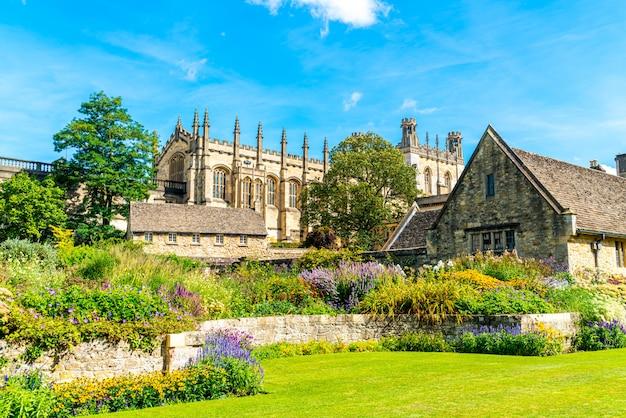 英国、オックスフォードの戦争記念庭園とキリスト教会