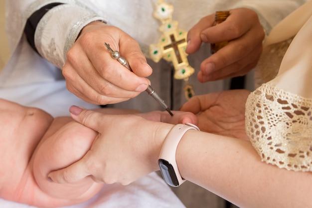 正教会で赤ちゃんに洗礼を施す