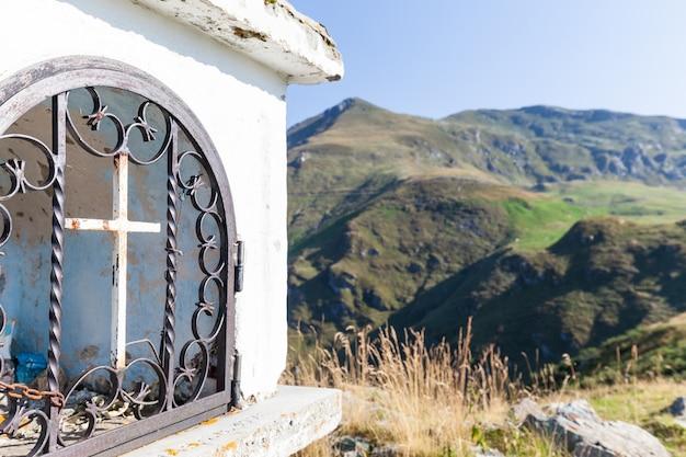 Христианская часовня в солнечный день в итальянских альпах - концепция веры