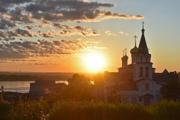 夜明けにヴォルガ川のほとりにあるキリスト教の教会。ニジニノヴゴロド