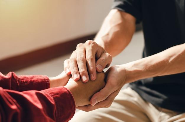 手をつないで一緒に祈るクリスチャンのカップルお互いに良い励ましを与えるために