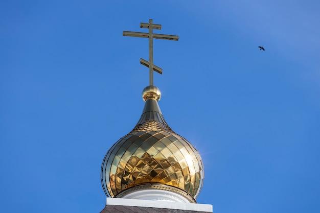 青い空を背景にキリスト教の十字架。正教会。高品質の写真
