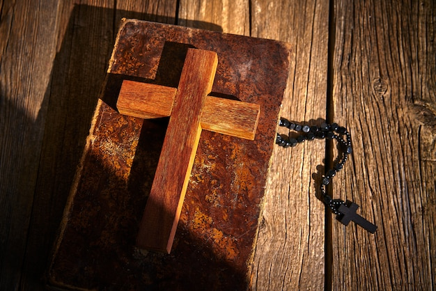 木製の聖書とロザリオのクリスチャンクロス