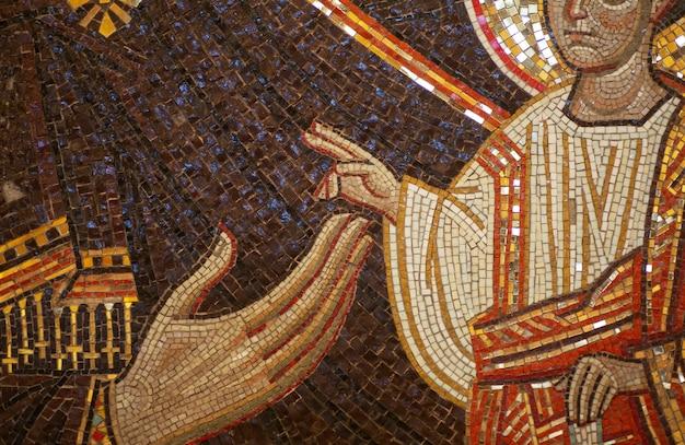 正教会の正面にセラミックモザイクの形で聖人とキリスト教正教会のギリシャのアイコン。伝統的なキリスト教のギリシャの装飾とフレスコ画。高品質の写真