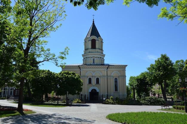 クリスチャン寺院カトリック教会とその近くの庭園