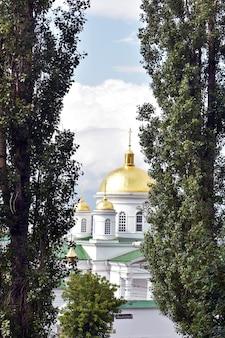 Христианский храм с золотым куполом