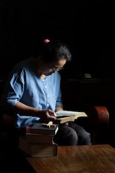 Христианские женщины читают священные писания в доме