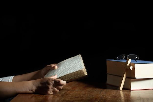 Христианские женщины читают священные писания в доме Бесплатные Фотографии