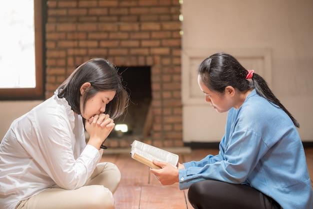 그리스도인은 기도하며 성경 하나님의 축복을 구합니다. 그들은 성경을 읽고 복사 공간으로 복음을 나누었습니다.