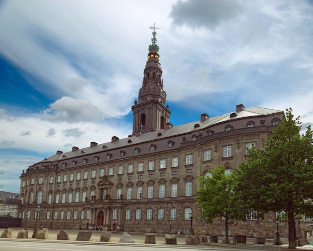 Slotsholmen의 작은 섬에 위치한 christiansborg palace는 덴마크 의회 folketinget, 대법원 및 국무부를 포함합니다.