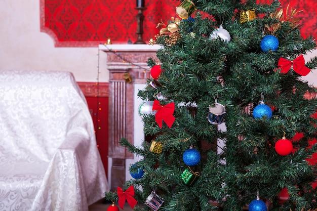 赤いヴィンテージルームスタジオショットのクリスティマスインテリア