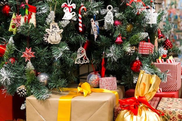 Рождество подарки под елкой