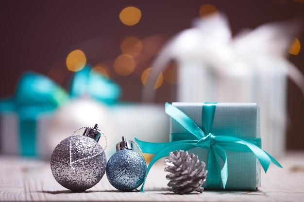 クリスマス-花輪を背景にした贈り物のグループ