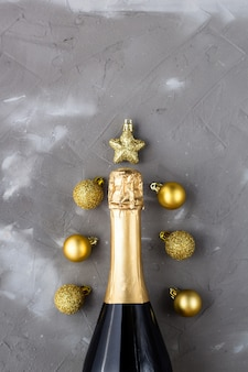 シャンパンボトルと装飾ボールと星で作られたクリスマスの要約