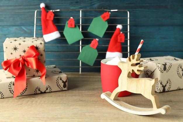 Рождественские аксессуары на деревянном столе, крупным планом.