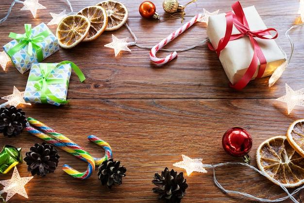 크리스마스 액세서리, 어두운 배경에 상위 뷰. 텍스트에 대 한 공간을 가진 크리스마스 배경입니다.