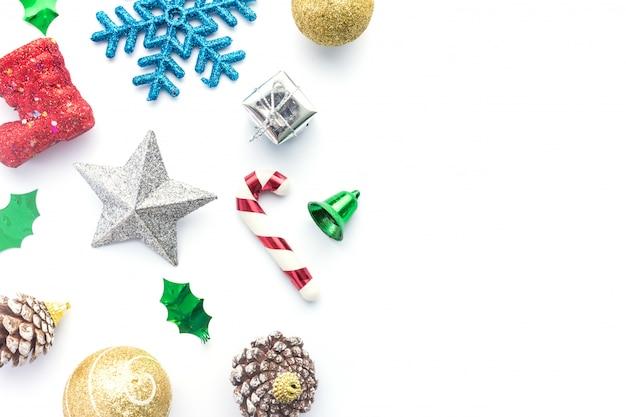 흰색 배경에 크리스마스 액세서리