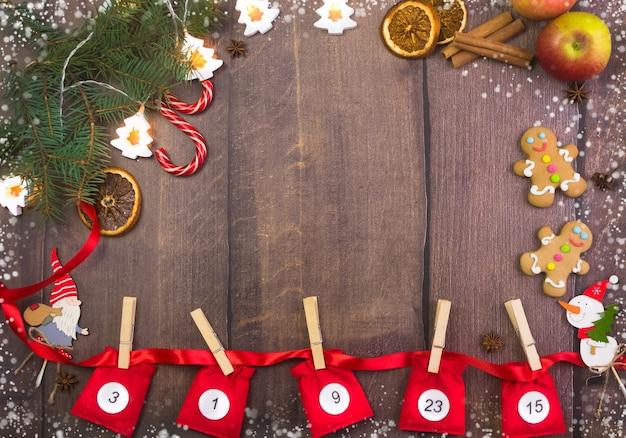 나무 배경에 숫자가 있는 크리스마스 강림절 달력