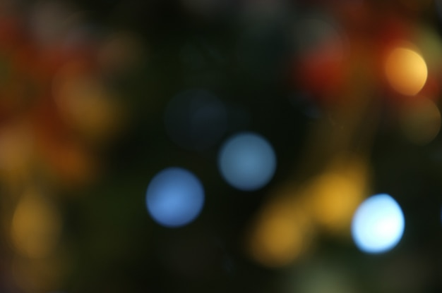 クリスマスと新年あけましておめでとうございます、ボケクリスマスツリーバナーの背景をぼかした写真