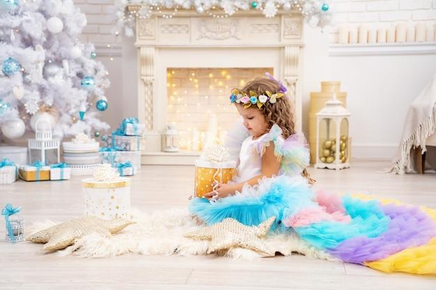 멋진 드레스와 티아라에 어린 소녀와 함께 크리스마스와 휴일 장식