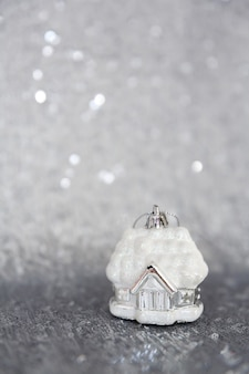 クリスマスと新年の背景クリスマスツリーのおもちゃは、スパンコールで刺繍された素材の上に立っています