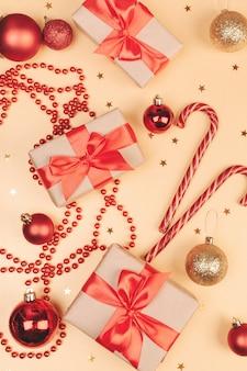 Рождество и новогодний фон. празднично оформленные подарочные коробки, леденцы из тростника, новогодние шары