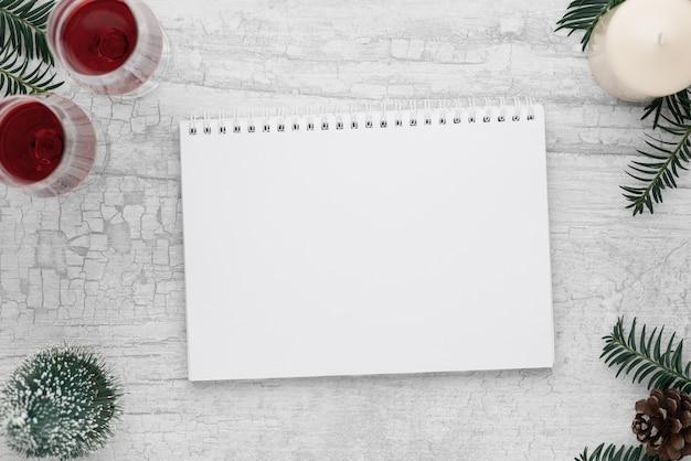 Рождество и новый год фон с рождественскими украшениями медиа баннер макет плоский дизайн