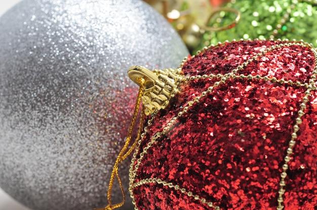 孤立した白い表面に光沢のある色のクリスマスと新年のボール