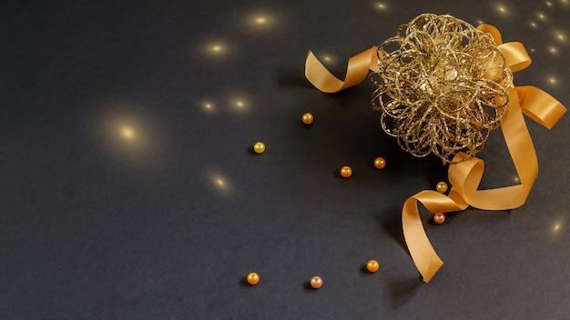 黒にリボンとビーズが付いたクリスマスと新年の安物の宝石。