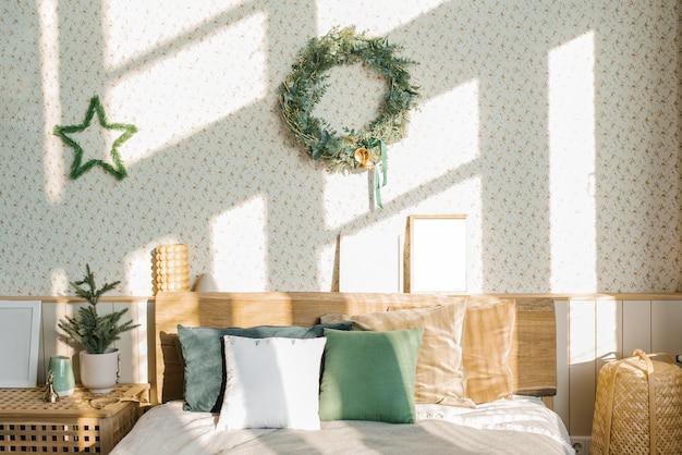 Новогодняя композиция скандинавская спальня со светлым постельным бельем и яркими подушками.
