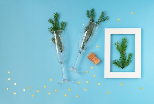シャンパングラスと青のクリスマスと新年の構成