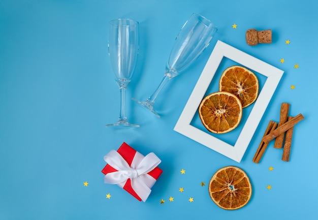 シャンパングラスでクリスマスと新年の構成