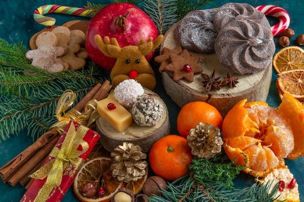 緑の背景にクリスマスと新年の作曲クリスマスケーキジンジャーブレッドコピースペース...