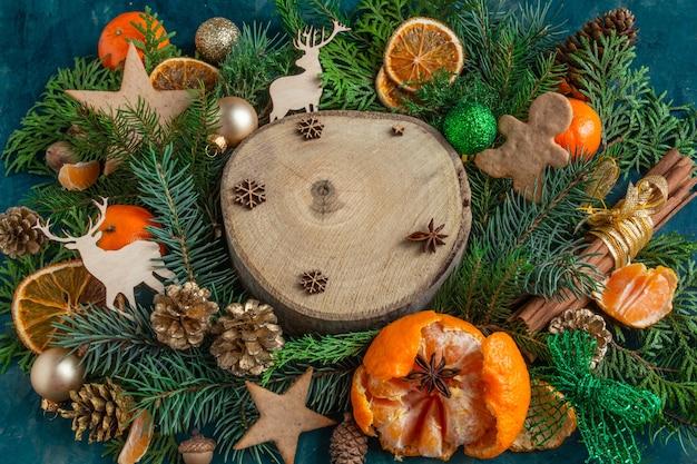 緑の背景にクリスマスと新年の作曲タンジェリンオレンジジンジャーブレッドコピー...