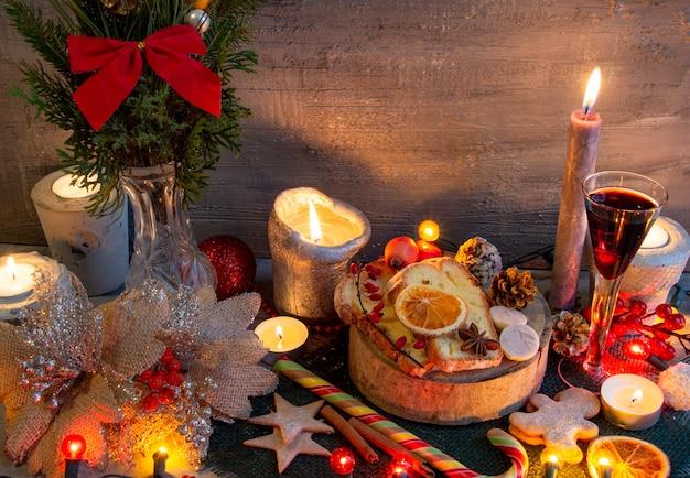 灰色の背景にクリスマスと新年の作曲クリスマスケーキジンジャーブレッドコピースペースフロリダ...