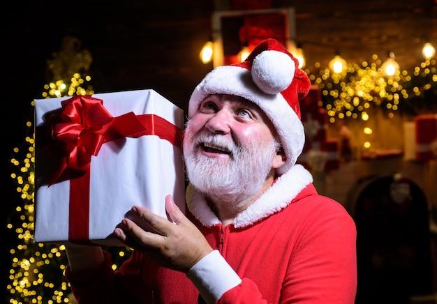 Рождество и новый год концепция подарочная коробка санта-клаус держит рождественскую подарочную коробку рождество зима