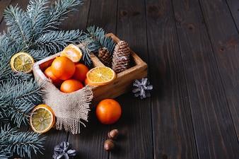 クリスマスと新年の装飾。オレンジ、コーン、クリスマスツリーの枝