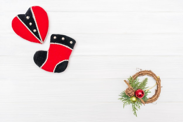 新年の飾りの心とブーツのコーナーフレームで作られたクリスマスと新年の装飾
