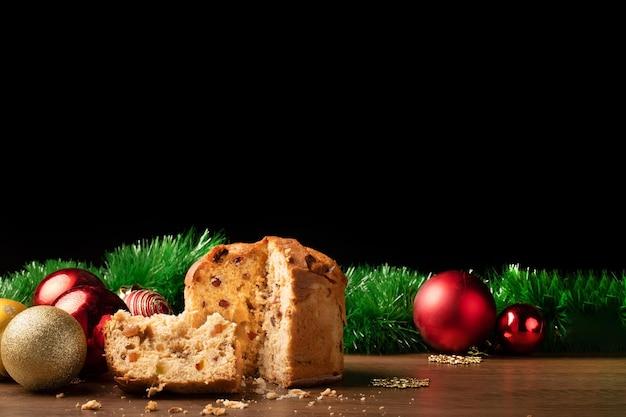 Panettone, 크리스마스 공 크리스마스와 새 해 장식. 복사 공간이있는 배경에 이상적입니다.