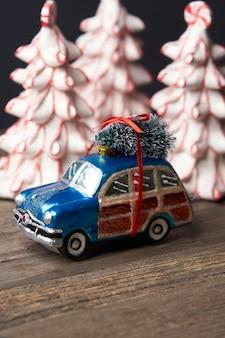 Рождественские и новогодние украшения с елочными игрушками