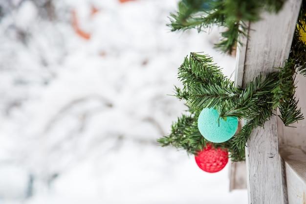 クリスマスと新年の装飾糸の花輪のミントと赤いボールがクリスマスツリーにぶら下がっています