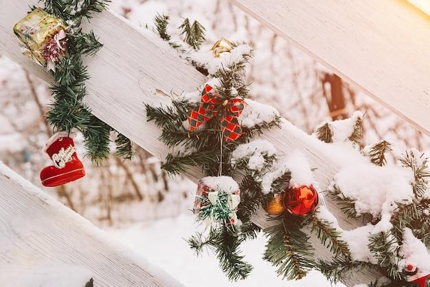 通りのクリスマスと新年の装飾木製の手すりにクリスマスツリーのボールのおもちゃ