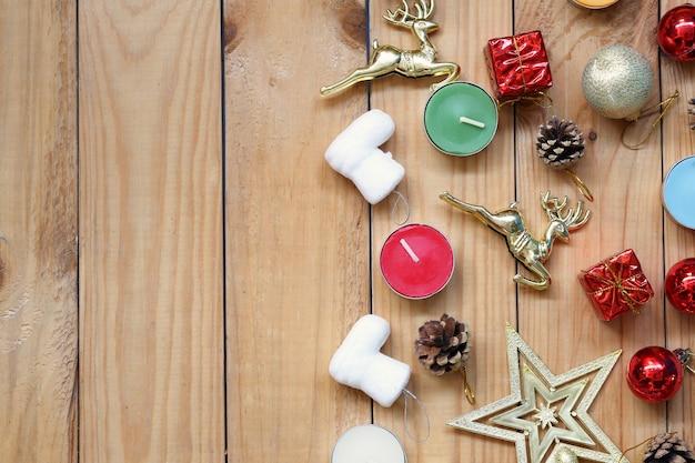 Рождественские и новогодние украшения на деревянном полу и копирование пространства для дизайна в вашей работе.