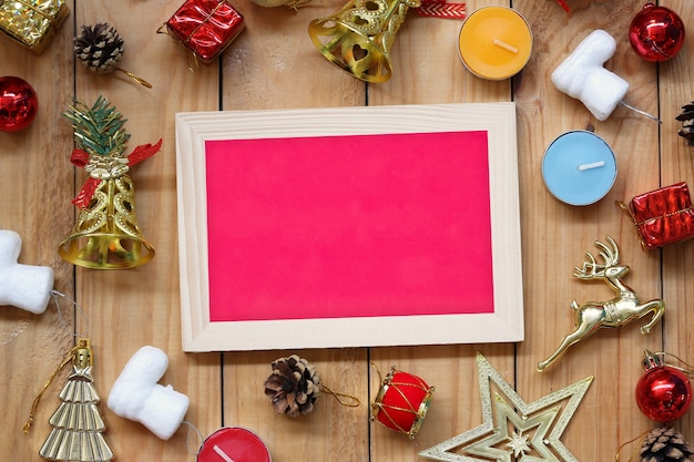 Рождественские и новогодние украшения рамка для фотографий на деревянном полу и копирование пространства для дизайна в вашей работе.
