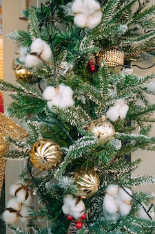 綿の花でクリスマスと新年の装飾