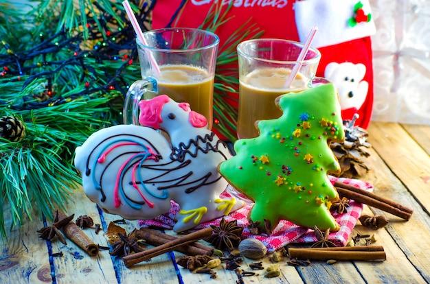 Рождественские и новогодние праздничные имбирные пряники и какао
